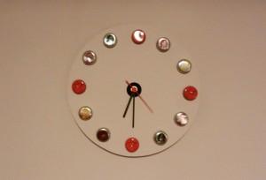 fertige Uhr an der Wand