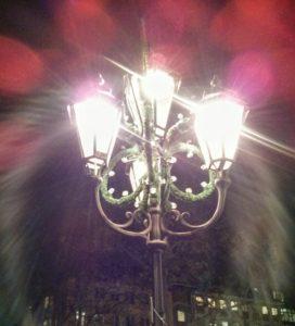 strahlendes Laternenlicht mit Tannenschmuck.